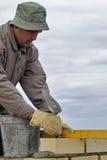 Pedreiro do trabalhador do pedreiro da construção com pá de pedreiro Fotografia de Stock