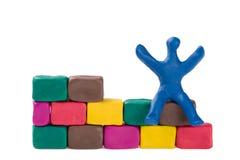 Pedreiro e parede de tijolo alegres Imagens de Stock Royalty Free