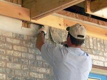 Pedreiro que coloca o tijolo Imagem de Stock Royalty Free