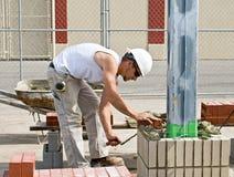 Pedreiro que coloca o tijolo Fotos de Stock Royalty Free