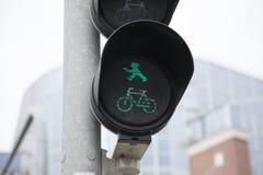 Pedresdrian et feu de signalisation vert de bicyclette Photos libres de droits