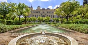 Pedro Luis Alonso trädgårdar och stadshusbyggnaden i Malaga, Arkivfoto