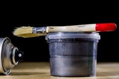 Pedzel für das Malen mit Ölfarbe auf einer hölzernen Werkstatttabelle Stockfotos