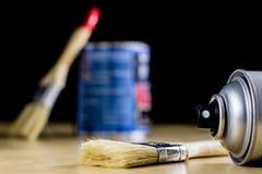 Pedzel für das Malen mit Ölfarbe auf einer hölzernen Werkstatttabelle Stockbilder