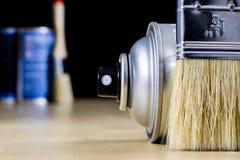 Pedzel für das Malen mit Ölfarbe auf einer hölzernen Werkstatttabelle Lizenzfreies Stockbild