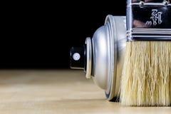 Pedzel für das Malen mit Ölfarbe auf einer hölzernen Werkstatttabelle Stockfotografie