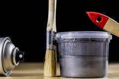 Pedzel für das Malen mit Ölfarbe auf einer hölzernen Werkstatttabelle Lizenzfreie Stockfotos