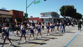Pee Wee Cheerleaders Marching-bandparade in Camellia Festival stock video