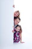 Peek sorridente della famiglia fuori Immagine Stock Libera da Diritti
