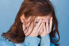 Peekaboo - blaues Mädchen lizenzfreie stockfotografie