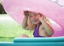 Peekaboo in de Kiddie-poolpret Stock Foto's