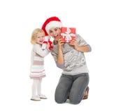Peekaboo de la madre y del bebé a partir del regalo de Navidad Imagen de archivo