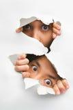 отверстие peeking стена людей 2 Стоковое Изображение RF