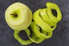 Peel av äpplet arkivfoto