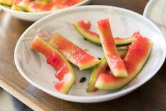 Peel av en vattenmelon på en platta royaltyfri fotografi