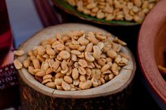 Peeled legte Erdnüsse in einem hölzernen Topf auf der Kosakentabelle in Essig ein Lizenzfreies Stockbild