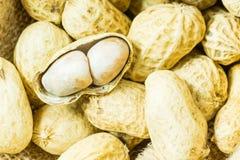 Peeled torkade jordnötter i säckvävtorkdukesäck Arkivfoton