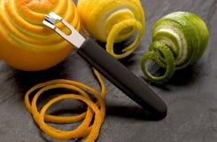 Peeler con la naranja y la cal Imagen de archivo libre de regalías