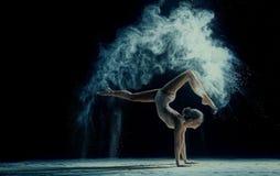 Pełen wdzięku kobieta taniec w chmurze pył Fotografia Royalty Free
