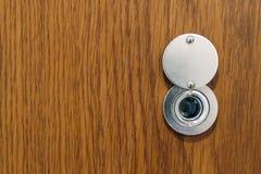 Peephole da lente na porta da rua de madeira nova da textura imagens de stock