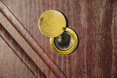 Peephole na drewnianym drzwi - judas robić dziurę spyhole zdjęcia royalty free