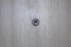 Peephole na drewnianym drzwi zdjęcia royalty free