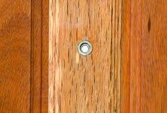 Peephole na porta de madeira fotos de stock