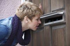 Peeping através do entalhe de correio Imagem de Stock Royalty Free