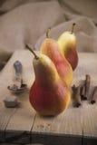 Peer drie op houten raad met kaneel en suiker Royalty-vrije Stock Foto's