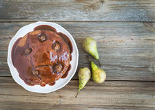 Peer, gember en honingscake met romig karamelbovenste laagje Royalty-vrije Stock Afbeelding