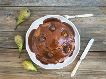 Peer, gember en honingscake met romig karamelbovenste laagje en fres Stock Foto's