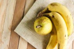 Peer met banaan op mat en houten achtergrond Stock Afbeelding