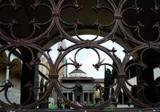 Peer Through Rusted Iron Fencing en el patio de la iglesia imagen de archivo libre de regalías