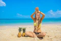 Pefect假期 海滩formentera海岛妇女年轻人 使用与在海滩的沙子的年轻美好的滑稽的模型在晴天 免版税库存图片