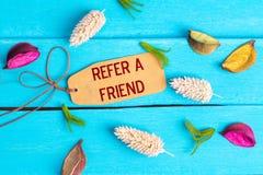 Pefer um texto do amigo na etiqueta de papel fotografia de stock