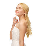 Pefrume девушки распыляя на ее шеи Стоковое Фото