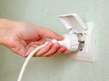 Pegándose un eléctrico enchufa el socket Imágenes de archivo libres de regalías