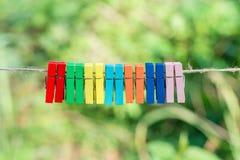 Peg de roupa colorido com fundo verde Fotografia de Stock Royalty Free