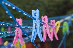 Peg de roupa na linha de lavagem molhada Fotografia de Stock