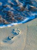 Pegada de Cuba na areia das caraíbas com ondas Fotografia de Stock Royalty Free