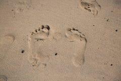 Pegada movente na areia, costa Imagens de Stock Royalty Free