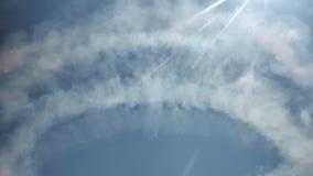 Pegada nevoenta da mostra do plano do céu no sunshining do céu azul e na bandeira brilhantes do tipo de Gijon da cidade não video estoque