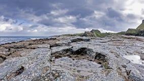 A pegada rara do dinossauro do tracksite sauropod-dominado do nam Brathairean de Rubha, irmãos aponta - a ilha de Skye vídeos de arquivo
