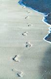 Pegadas de Cuba na areia com as ondas em varadero 3 Fotografia de Stock