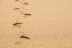 Pegadas de desvanecimento na areia Fotos de Stock Royalty Free