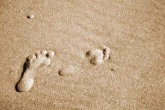Pegadas dos pares em uma areia Foto de Stock Royalty Free