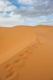 Pegadas em dunas de areia do ERG Chebbi, Marrocos fotografia de stock royalty free