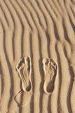 Pegadas na areia Impressão do pé do ` s do homem na areia na praia Fotos de Stock Royalty Free