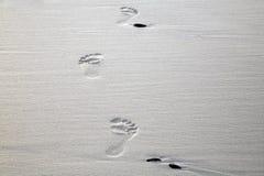 Pegadas na areia na praia de Cape Town Fotos de Stock