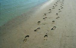 Pegadas na costa Fotografia de Stock